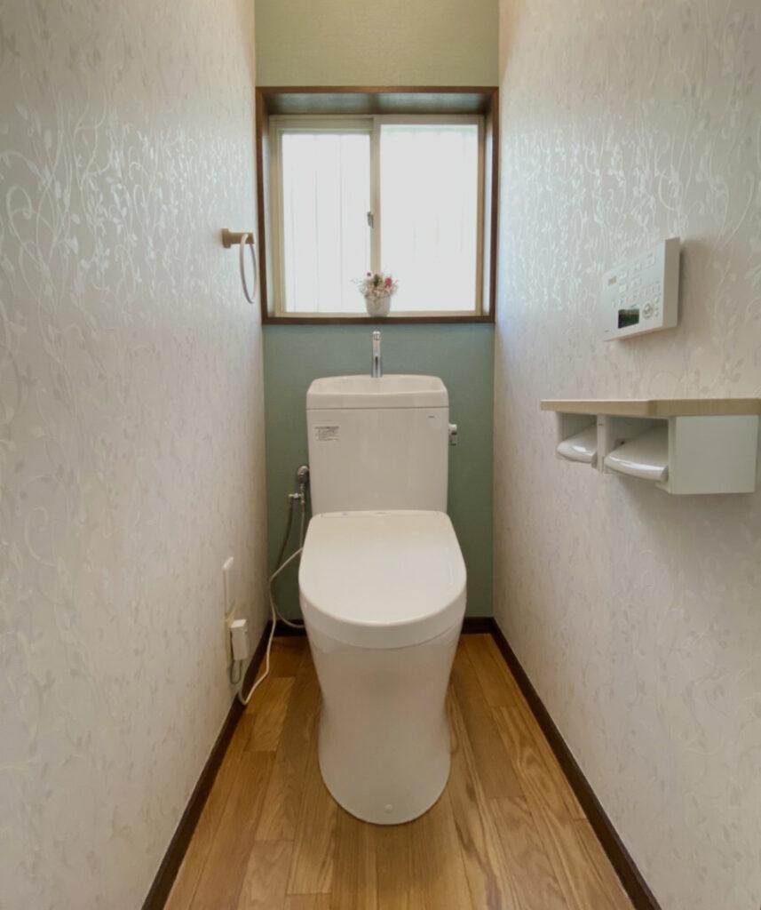 トイレ空間が狭いのがお悩みとの事でしたので、アクセントに寒色系の色のクロスを使い、奥に広く感じるコーディネートをご提案しました。