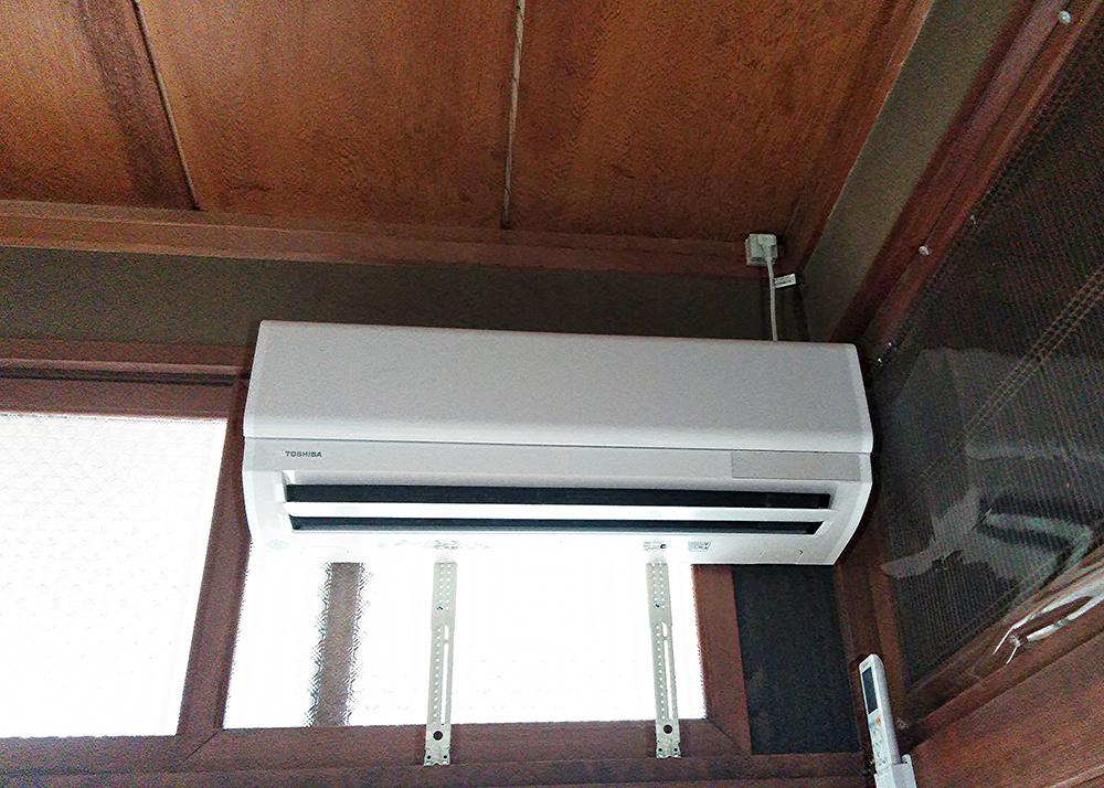 エアコン設置した位置は、直接外壁に面していないため、取付方法を考え最適な方法で設置させていただきました。