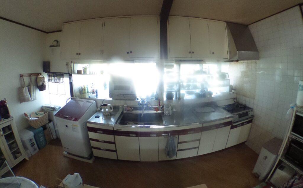築年数が経ち、キッチンも古くなっていました。<br /> 全面に開かれた大きな窓は、西日がさして眩しいのが悩みでした。