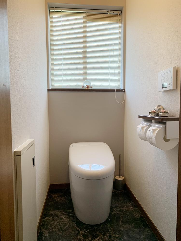 タンクレストイレにリフォームしました。<br /> 節水性は格段に上がり、お掃除もし易くなりました。<br /> ネオレストを引き立てるダークな大理石調の床とアクセントクロスで、モダンな空間となりました。