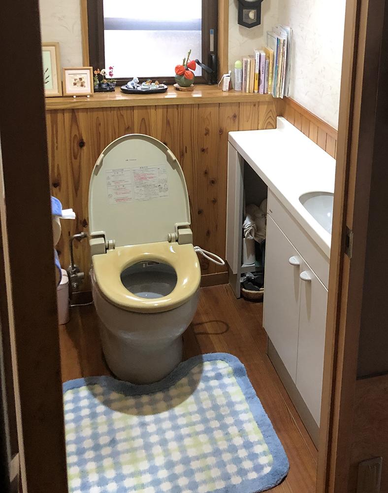 長く使われたトイレ。<br />TOTOのハイグレードクラスの商品です。<br />無垢材の床は、結露で傷んでいました。