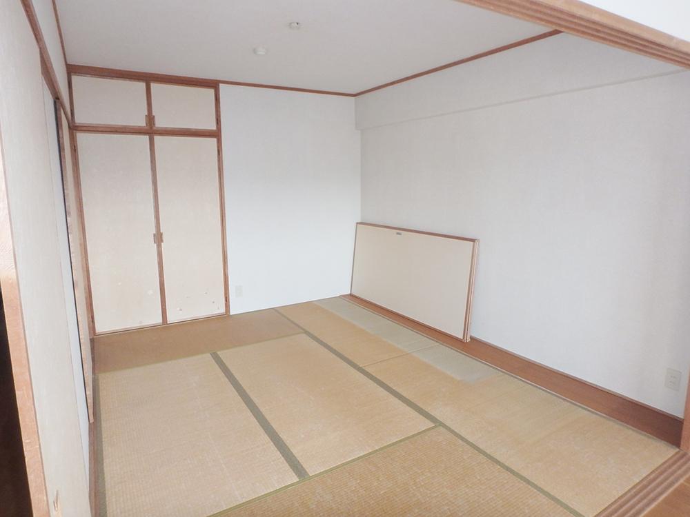リフォーム前の和室。<br /> 長年使用した畳が古くなっていました。