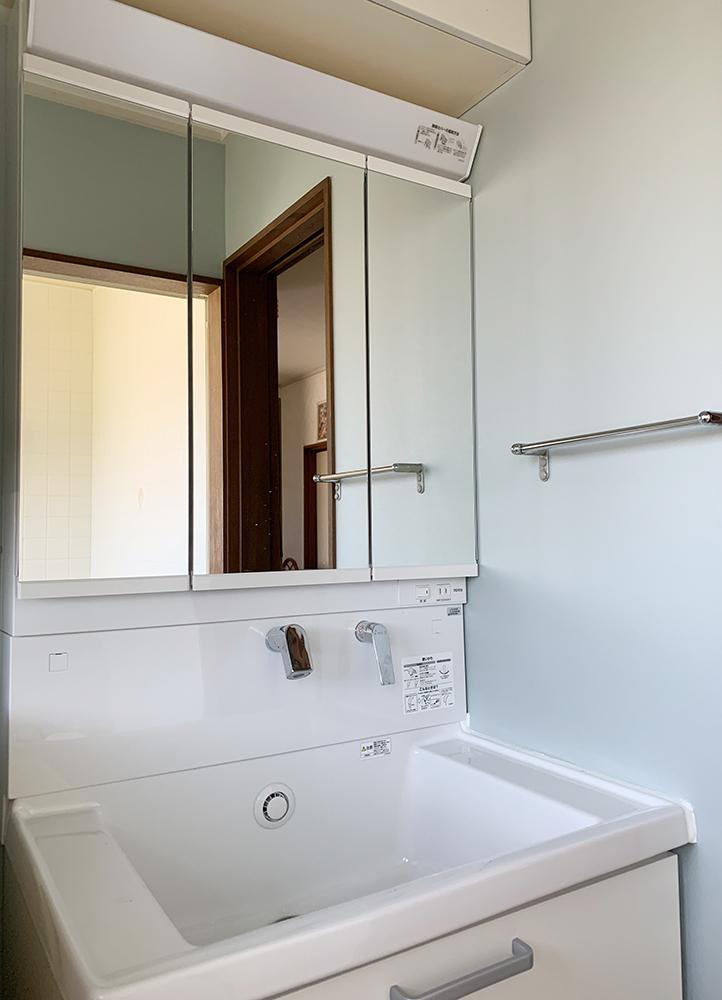三面鏡、引出し収納の洗面化粧台で、収納力がアップしました。<br /> 壁出し水栓でお掃除がし易いTOTOサクアは人気の商品です。