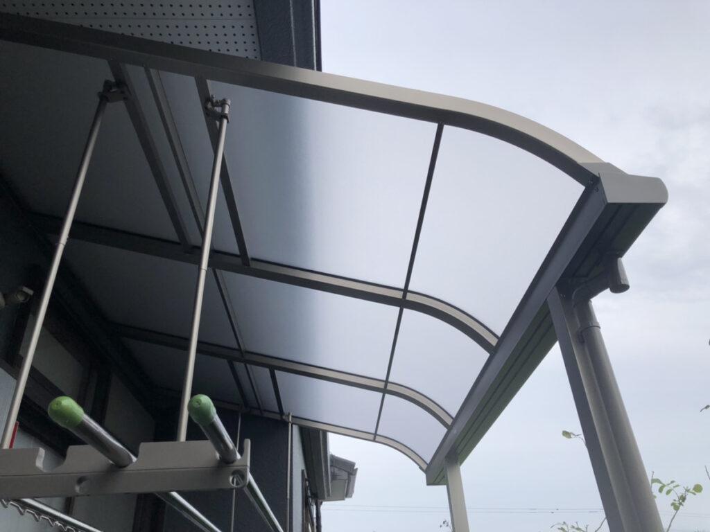 セレクトされたテラス屋根が、外壁の色ともよくマッチしています。<br /> これで、雨の日にもお洗濯ものが干せます。