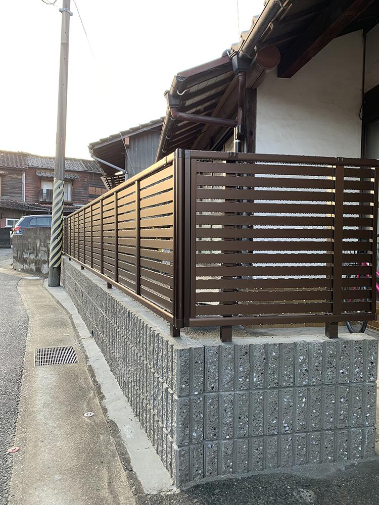 YKK AP シンプレオ シリーズのフェンスを施工させていただきました。<br /> 現代の住宅になじむデザインです。<br /> 下段のブロック塀も新しくなり安心です。