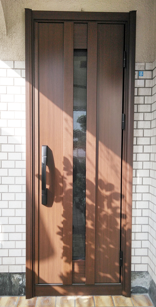 既存のドア枠を使うため、壁を壊すことなく短時間で施工できます。<br /> 断熱仕様で、暑い日、寒い日も安心!<br /> 建具中央は通風口になっており、換気ができます。<br /> 施錠はリモコンキーでラクラク!<br /> 鍵を探す手間が省けて大変便利です。