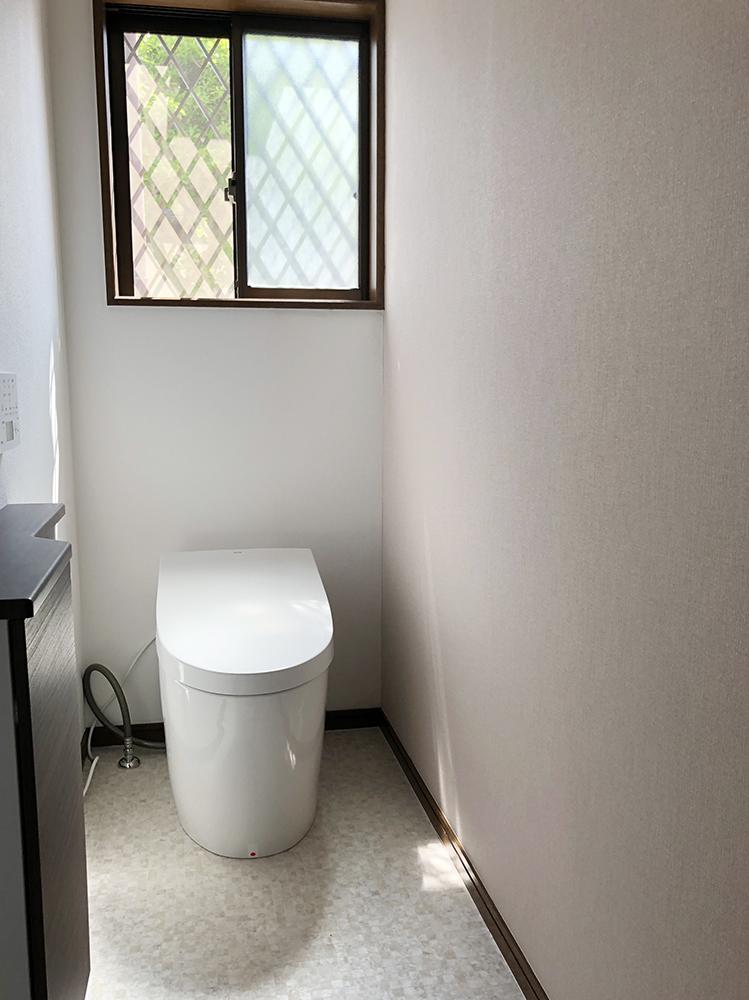 ベージュブラウンのアクセントクロスに、ダークブラウンをポイントで配色し、落ち着きのあるお洒落なトイレ空間となりました。