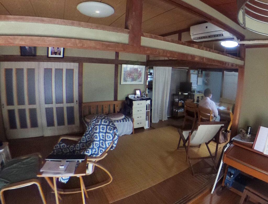 和室2間と広縁が続くリビングスペース。<br /> 畳や壁も古くなり、暗い印象でした。
