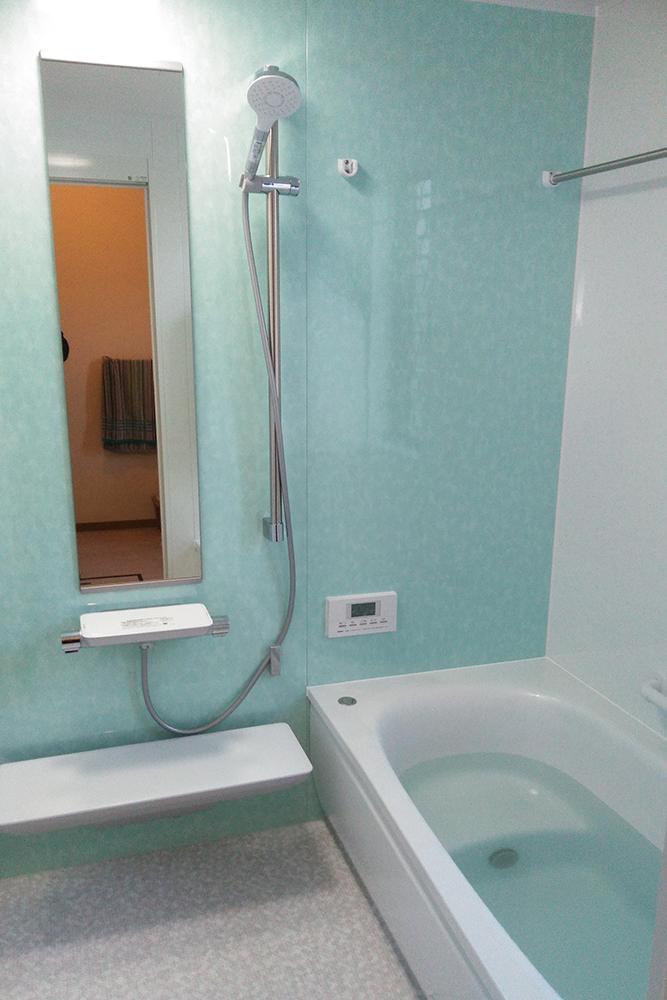 お風呂のリフォームと合わせて、内窓工事も施工いたしました。<br /> 断熱性が良くなり、冬場のバスタイムも暖かくお過ごしいただけます。