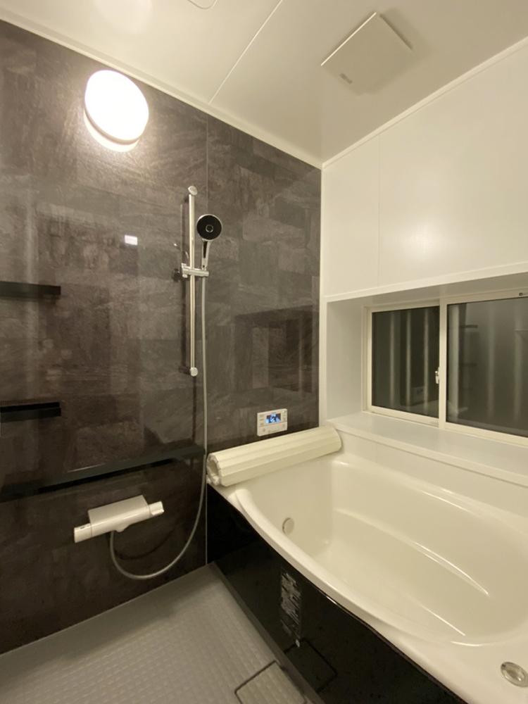 """LIXIL アライズを施工させていただきました。<br /> 人がお風呂に求める""""心地いい""""という瞬間のために進化したバスルームです。<br /> 解体時には基礎もしっかり補強し、安心して長くご使用になれます。"""