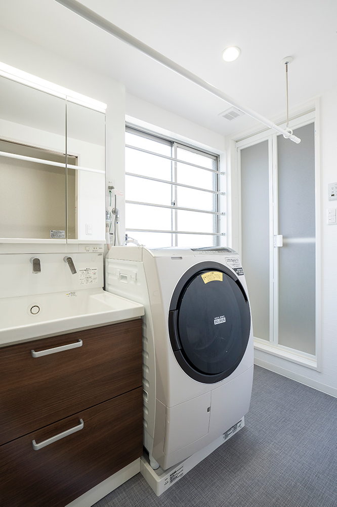 TOTOサクアを施工させていただきました。<br /> 洗面所に物干しスペースも確保し、家事動線が良くなりました。