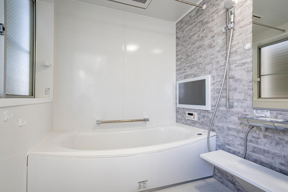 TOTOサザナを施工させていただきました。<br /> 「あたたかさ」「きれいさ」「くつろぎ」を追求したシリーズです。<br /> 浴室内にテレビを設置し、贅沢なバスタイムを過ごせます。
