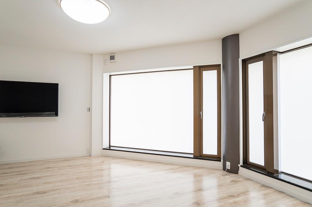窓や柱に店舗だった時の面影がありますが、内装は一新しシンプルで明るい