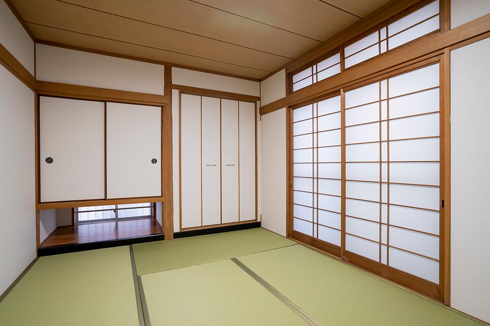 1階和室。<br /> 畳、襖、障子を新しくし、床の間は収納にリフォームしました。