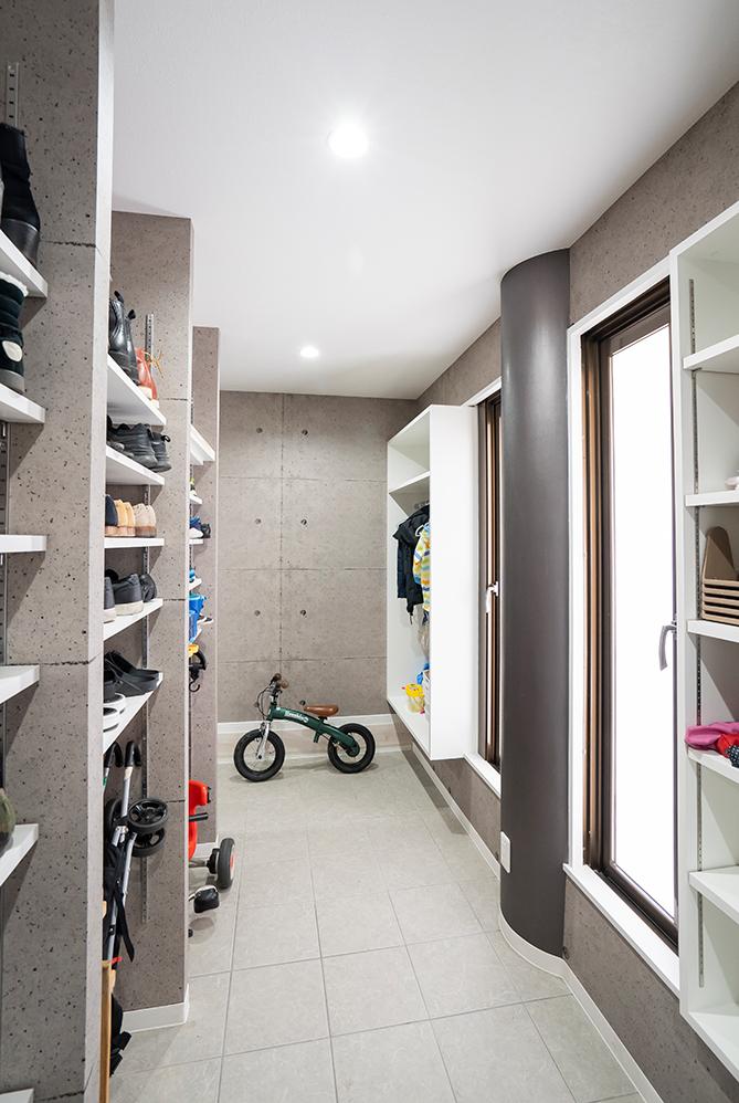 玄関収納の内部です。<br /> 靴の他にも、アウターやお子様の遊び道具や自転車、外で使うものなら何でも収納できる、大容量の空間です。