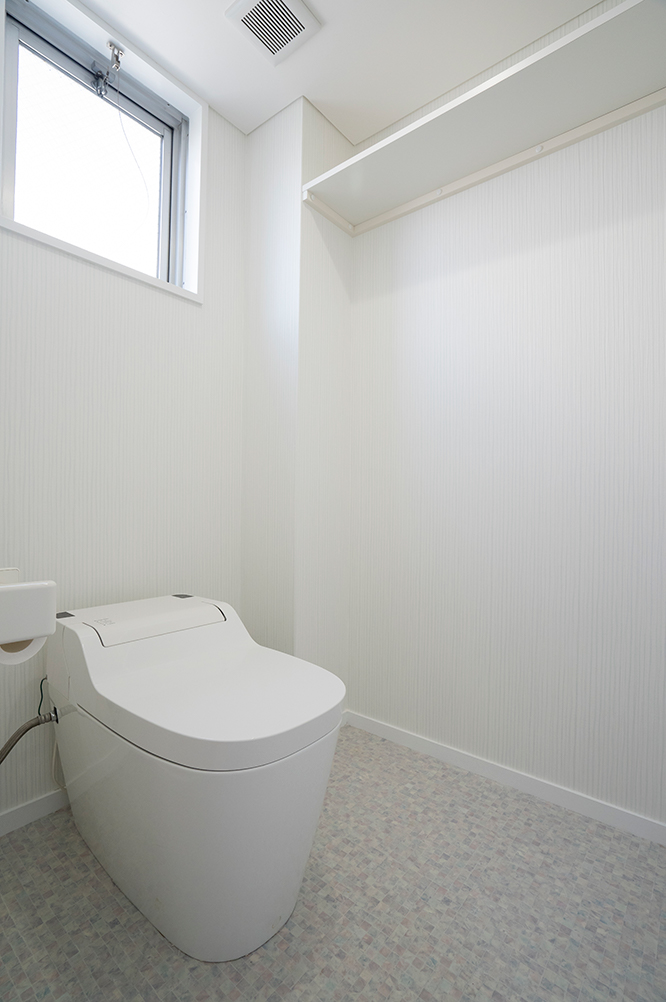 すでにリフォームしていたトイレはそのままに、壁と天井のクロスと床を張り替えました。<br /> 白を基調に、シンプルで清潔感のあるトイレ空間です。
