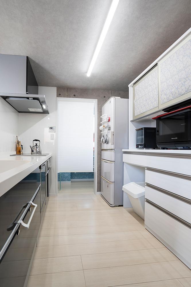 I型のキッチンはLIXILシエラです。<br /> U様邸のメインカラーであるネイビーをセレクトされました。<br /> キッチン奥には、収納力のあるパントリーを配置しました。