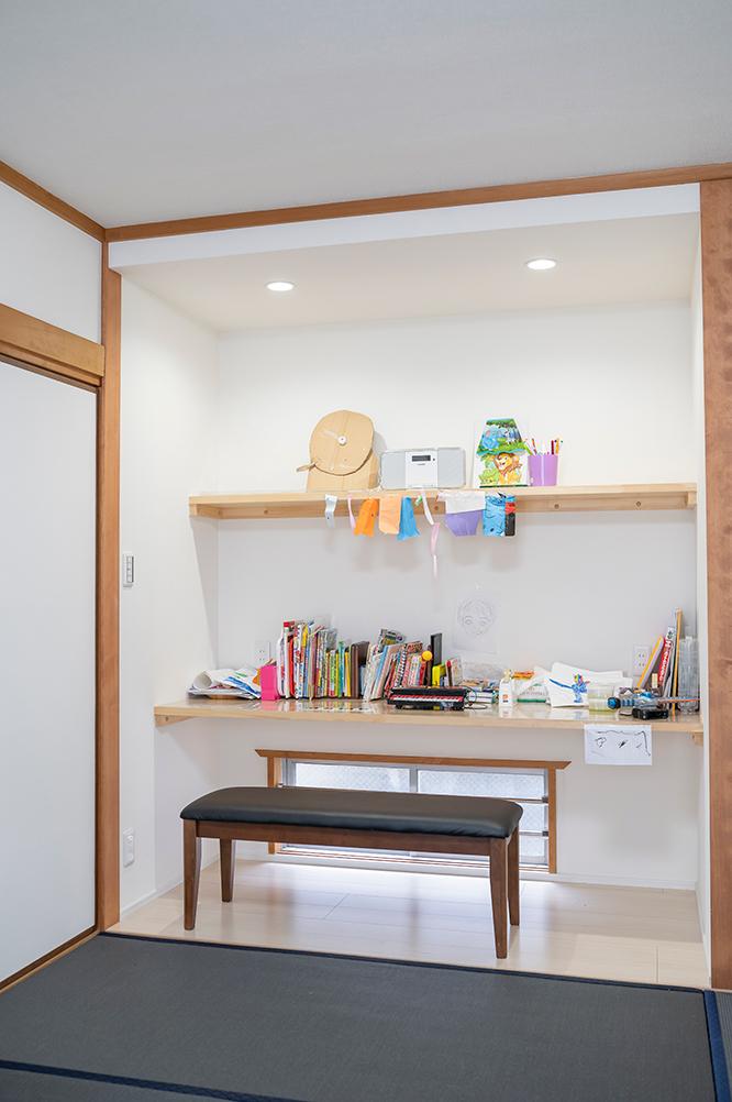 和室の収納の一部にはデスクと収納を作りました。<br /> お子様がお絵描きをしたり、パソコン作業もここで出来ます。<br /> 畳はネイビーをセレクトされ、モダンな和室となりました。
