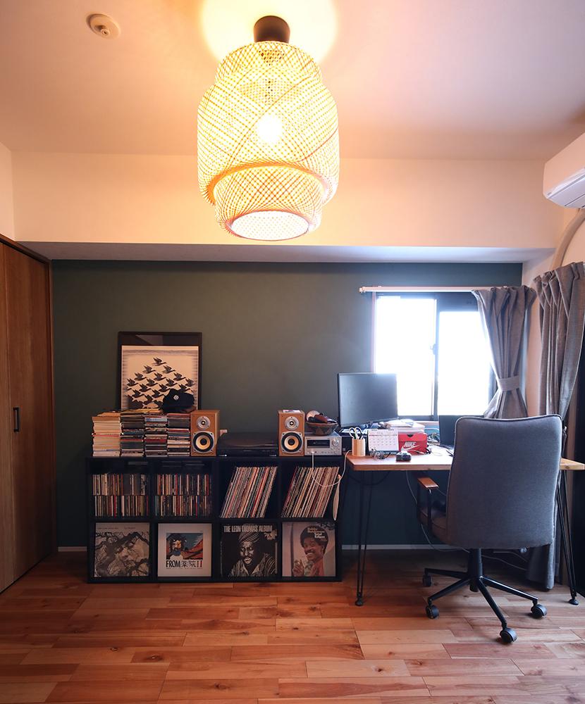 ご主人様が書斎として使っているお部屋。<br /> ここでもグリーンのアクセントクロスがポイントです。