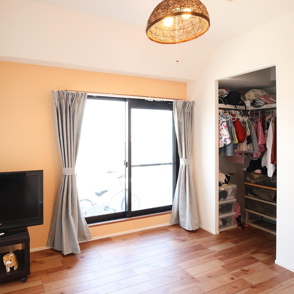LDK横のお部屋は、お子様が遊ぶスペースとして活用。