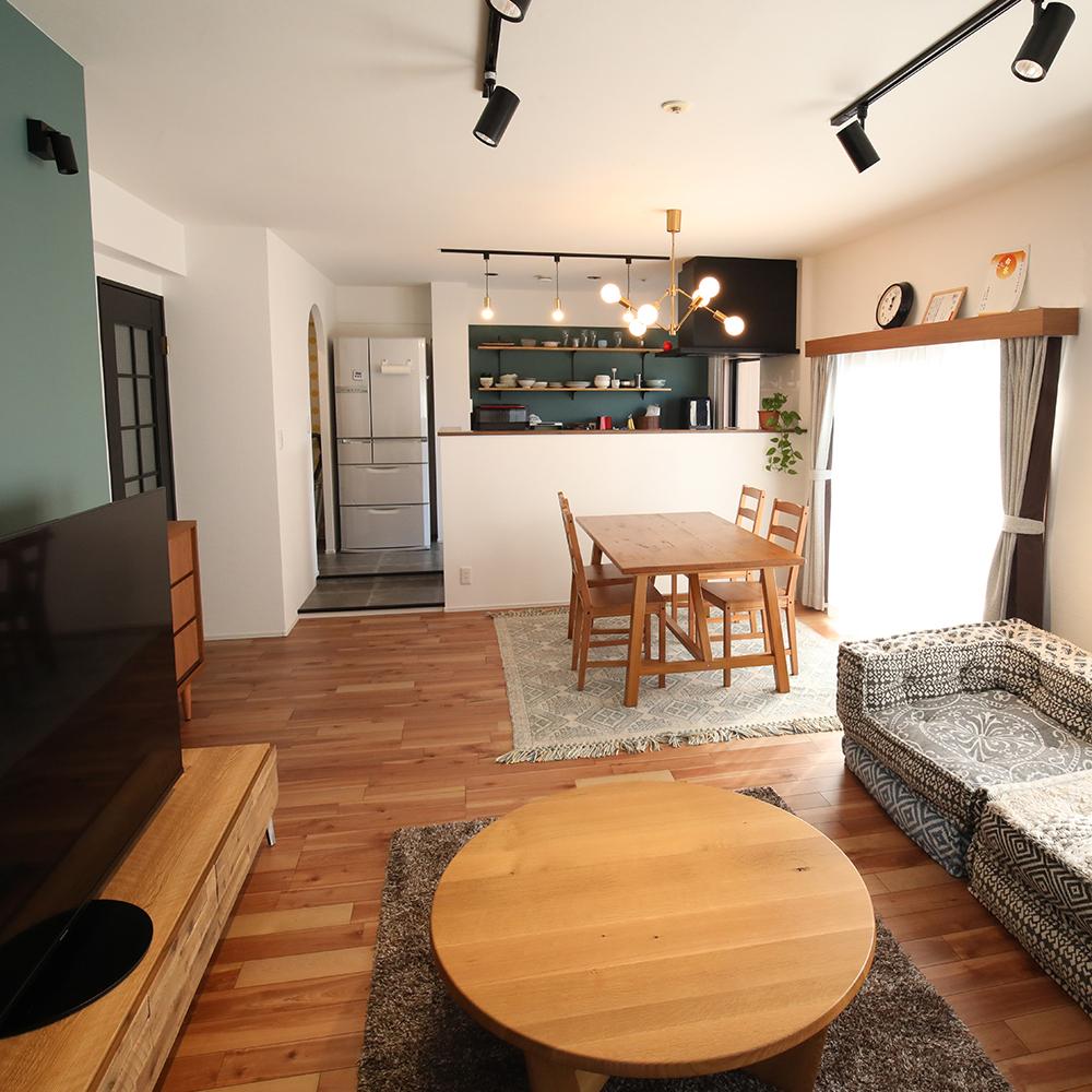 壁際にあった調理台をリビング側に移動して、対面式にキッチンに。<br />白で統一されたクロスに、グリーンのアクセントクロスが映えます。