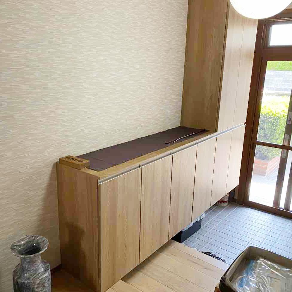 上品な織り柄のクロスに、収納力がある玄関収納。<br /> 明るく雰囲気のある玄関となりました。