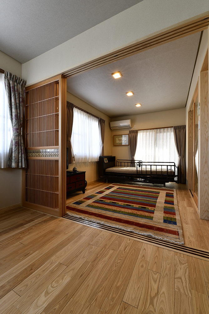 段差をなくしてバリアフリーにした2間続きの部屋。<br /> 組子の雰囲気に合う空間に仕上げるべく、床材や壁紙、照明などをセレクトしました。