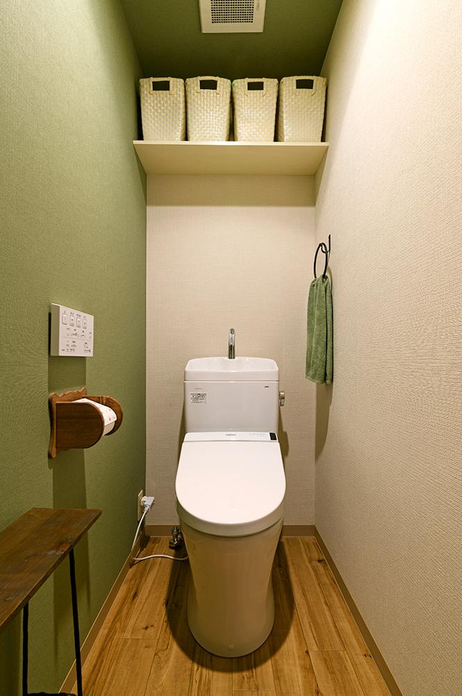 グリーンにブラウンの差し色を効かせたトイレ空間