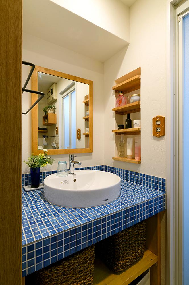 3年前にリフォームした造作洗面台。<br /> ブルーのモザイクタイルが空間を明るくしています。