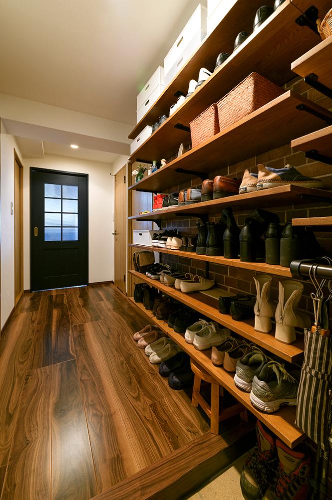 「扉があることがストレスだった」という靴箱を、思い切ってオープンなシューズクロークに。<br /> オープン収納奥には、レンガ調のクロスを貼りました。