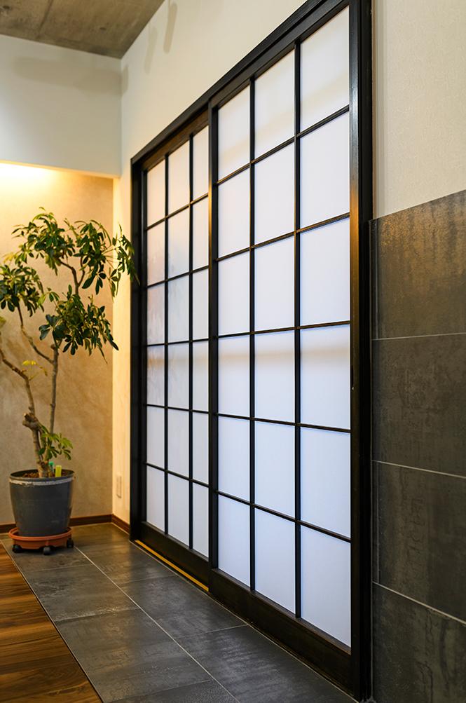 リフォーム前の和室障子は、木枠を黒に塗装し部屋の雰囲気に統一しました。