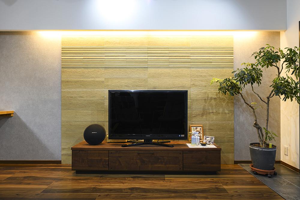 テレビの背面には湿度調節や消臭効果が期待できるエコカラットを採用。<br /> 間接照明に照らされ、寛ぎの空間を演出します。