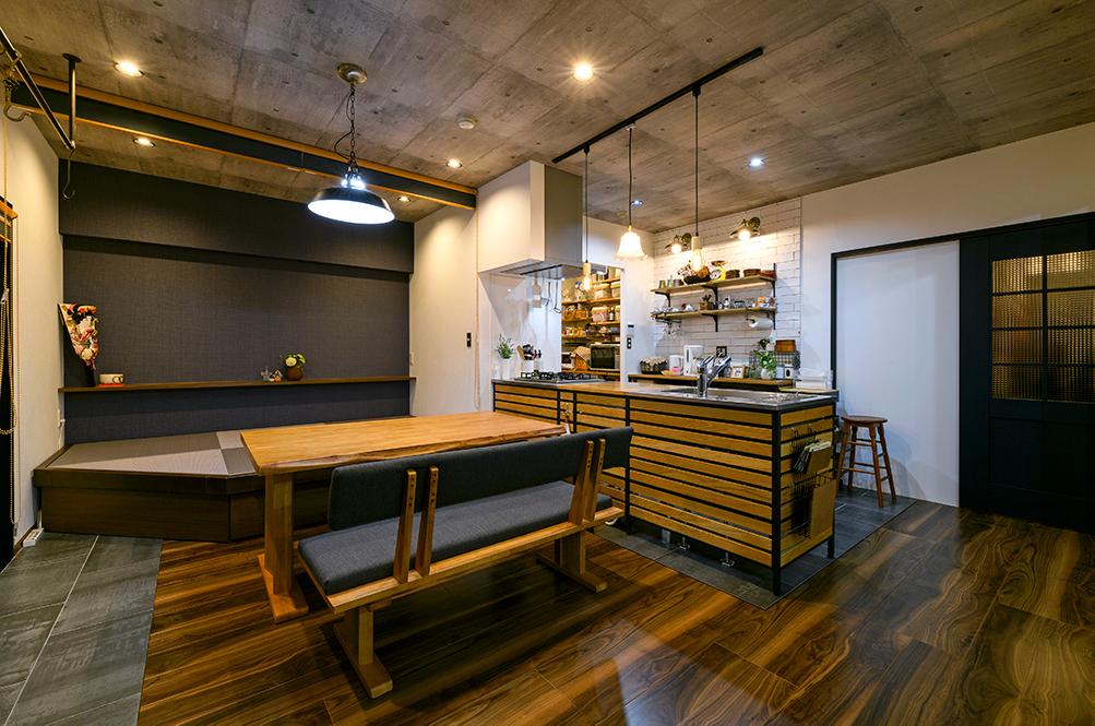 和室をなくしても畳で寛げるスペースを設けるため、畳の小上がりスペースを新設。