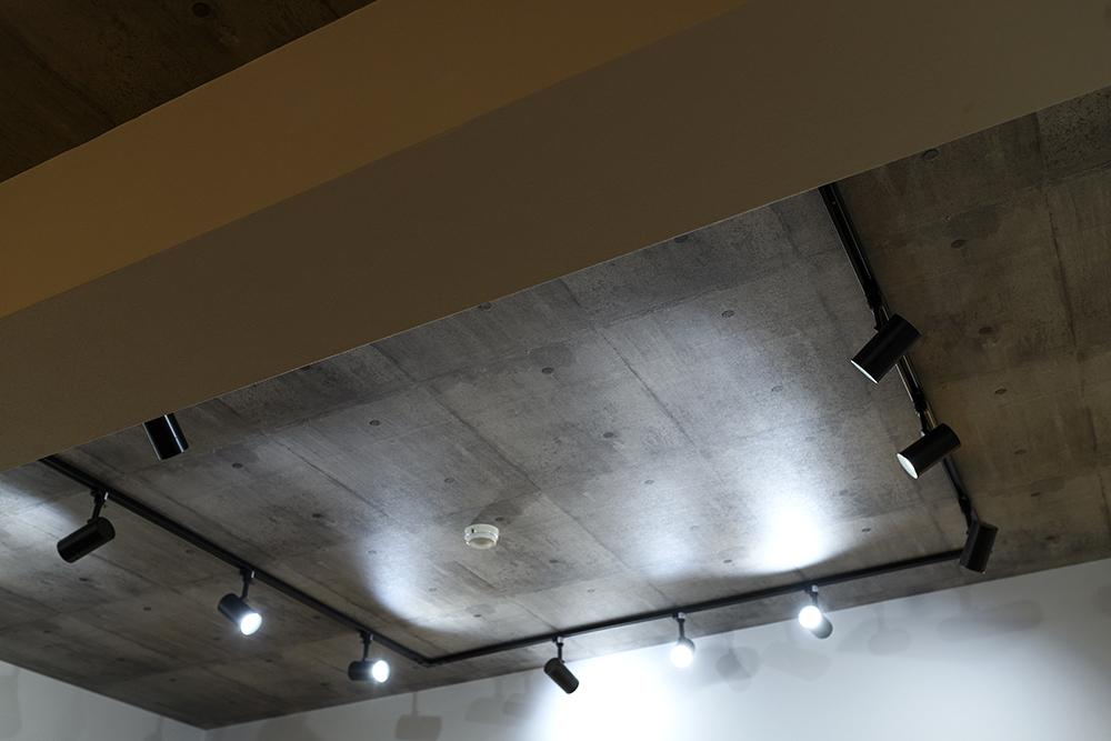 天井はコンクリート打ちっぱなし風のクロスを貼り、ヴィンテージ感をプラス。