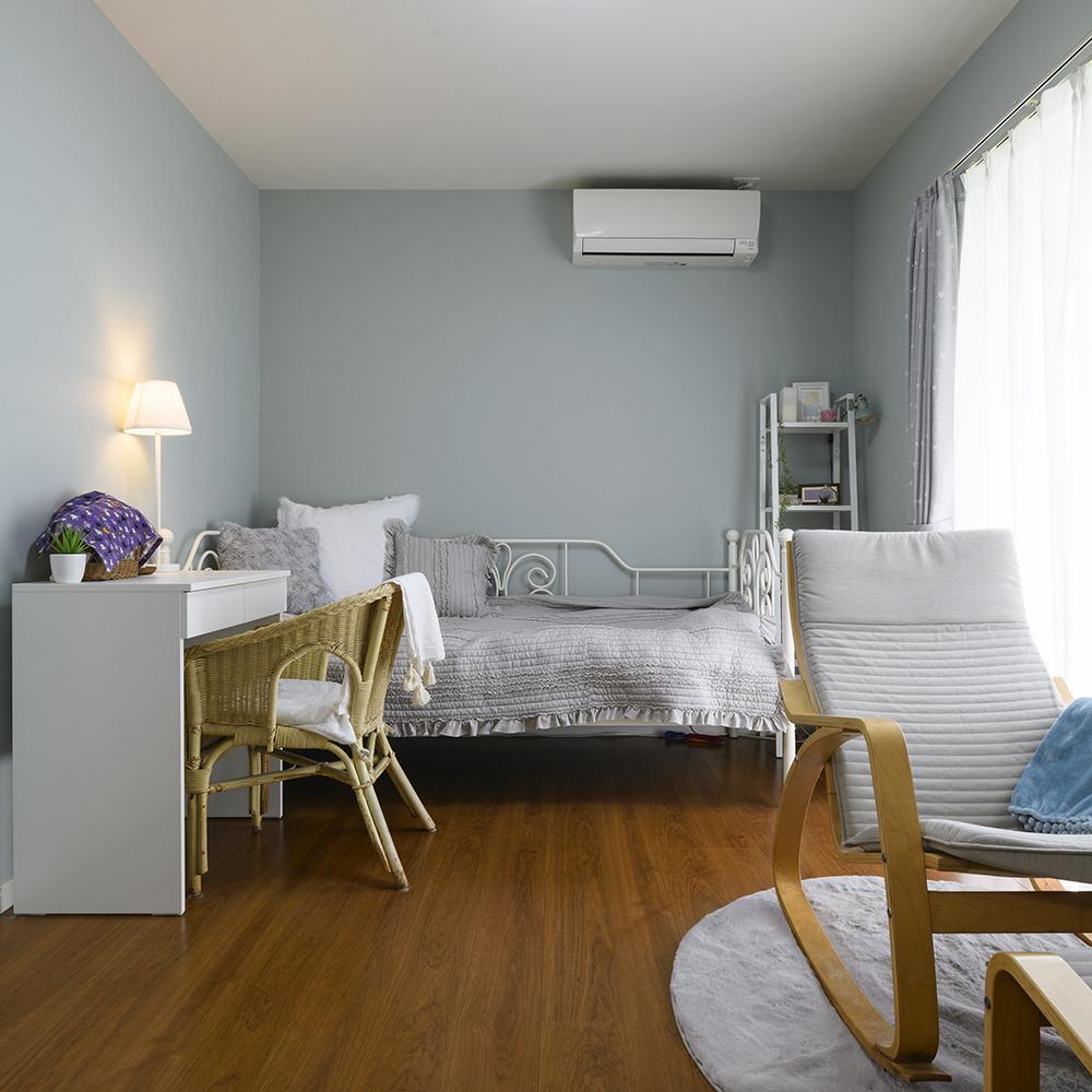 ブルーグレーとホワイトで統一されたセンス溢れるお部屋。<br />