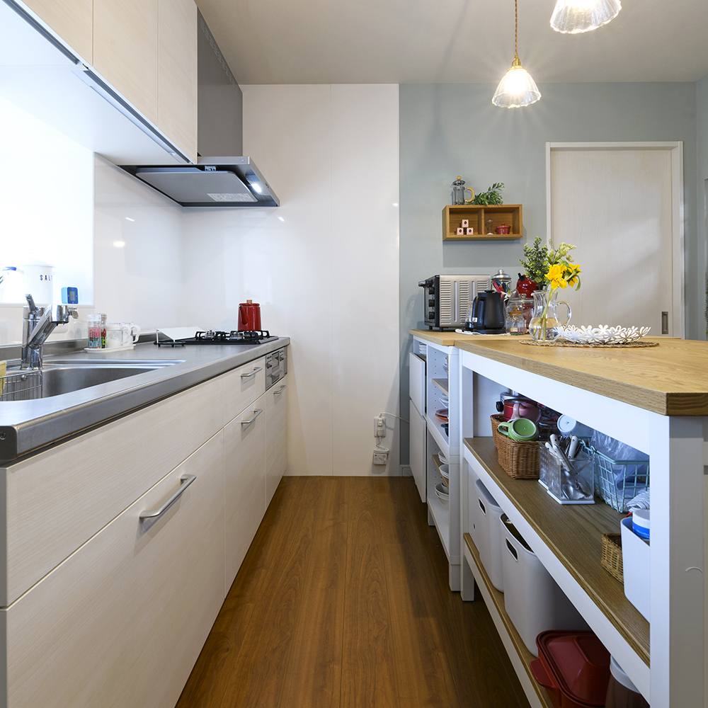 二人暮らしのライフスタイルに合わせて、ワンサイズ小さめのキッチンをセレクト。<br /> 西日が強く入り込む窓は、一部をつぶしてキッチンパネルを入れました。