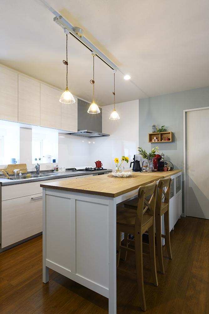 キッチンにIKEAのカウンターを置いてフレンチシックなキッチンスペース