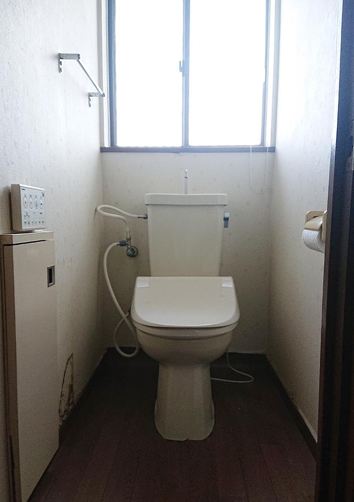 長く使用されたリフォーム前のトイレ