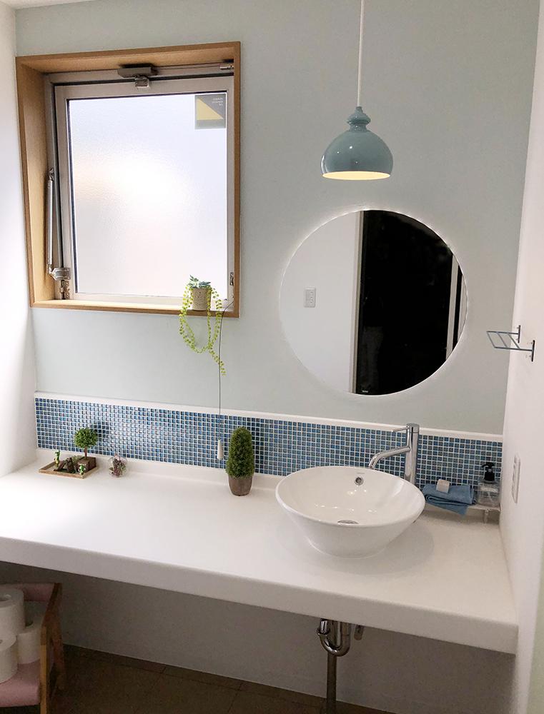 手洗いは、ブルーグレーでコーディネート。<br /> 清潔感、可愛らしさ、使い勝手の良さと、3拍子揃った手洗い空間です。