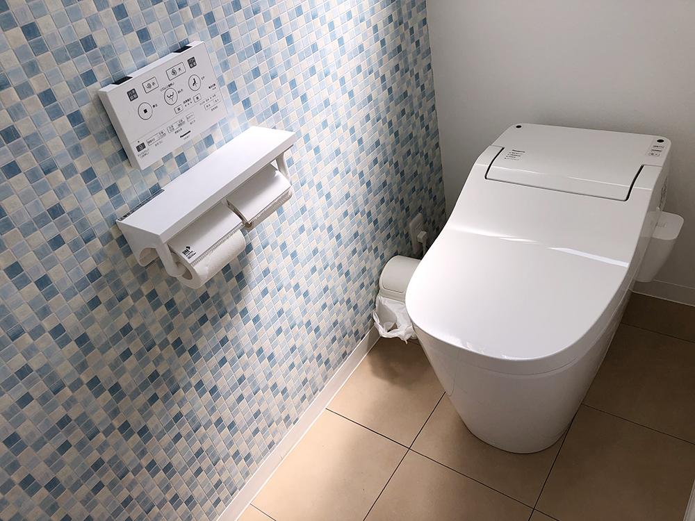 TOTO アラウーノを施工させていただきました。<br /> タンクレスでスッキリ、お手入れもしやすく人気の商品です。<br /> ブルーをメインカラーにコーディネートさせていただき、明るく清潔感のあるトイレ空間となりました。