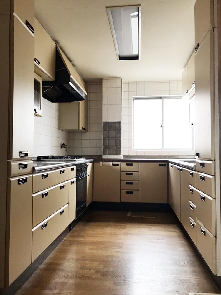 コの字型の独立したキッチンでした。