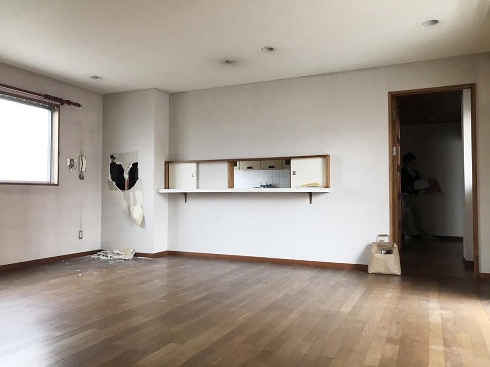 キッチンとリビングは小さな小窓で繋がっていました。
