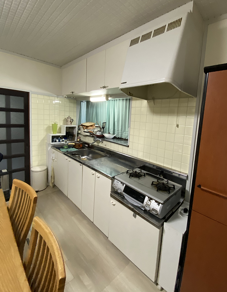 長く使われたキッチンは、壁タイルのお手入れが大変でした。
