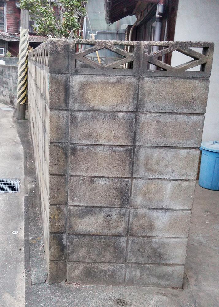 ブロック塀が古くなっており、汚れや破損が気になっていました。