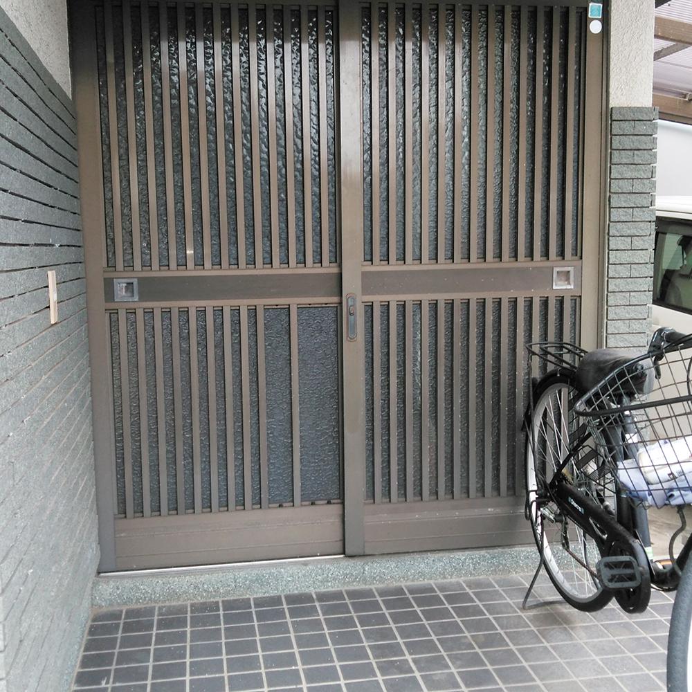 長く使われた玄関扉は、古く錆びが出ていました。<br />