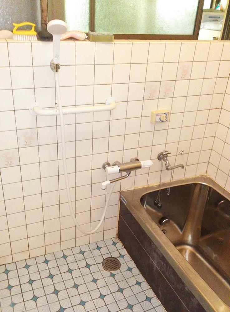 在来工法のリフォーム前の浴室。<br />タイルが冷たく、浴槽の保温性もありませんでした。<br />浴室が狭いのもお悩みでした。
