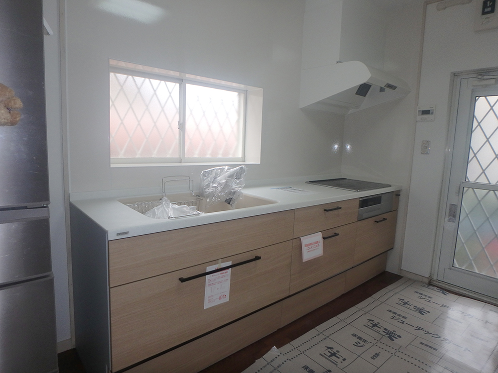 吊り戸はなくなりましたが、引出し収納は、以前の開き戸に比べて収納力がアップしました。<br /> 水栓は浄水器内蔵シャワー混合水栓をセレクトされ、キッチンがスッキリとしました。