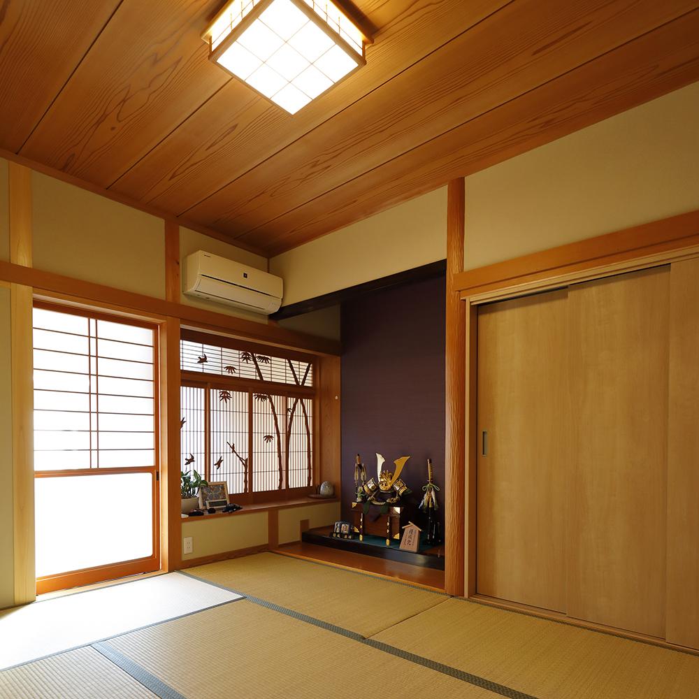 和室は木をふんだんに使った家全体の雰囲気と調和するよう、土壁や色付きの壁紙などをアクセントに取り入れました。