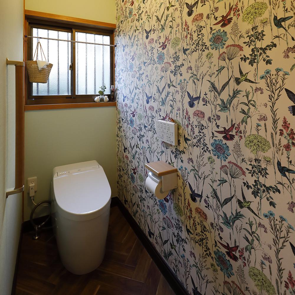 リフォーム後のトイレ<br /> タンクレスのトイレと華やかなクロスによって、雰囲気が一新されました。
