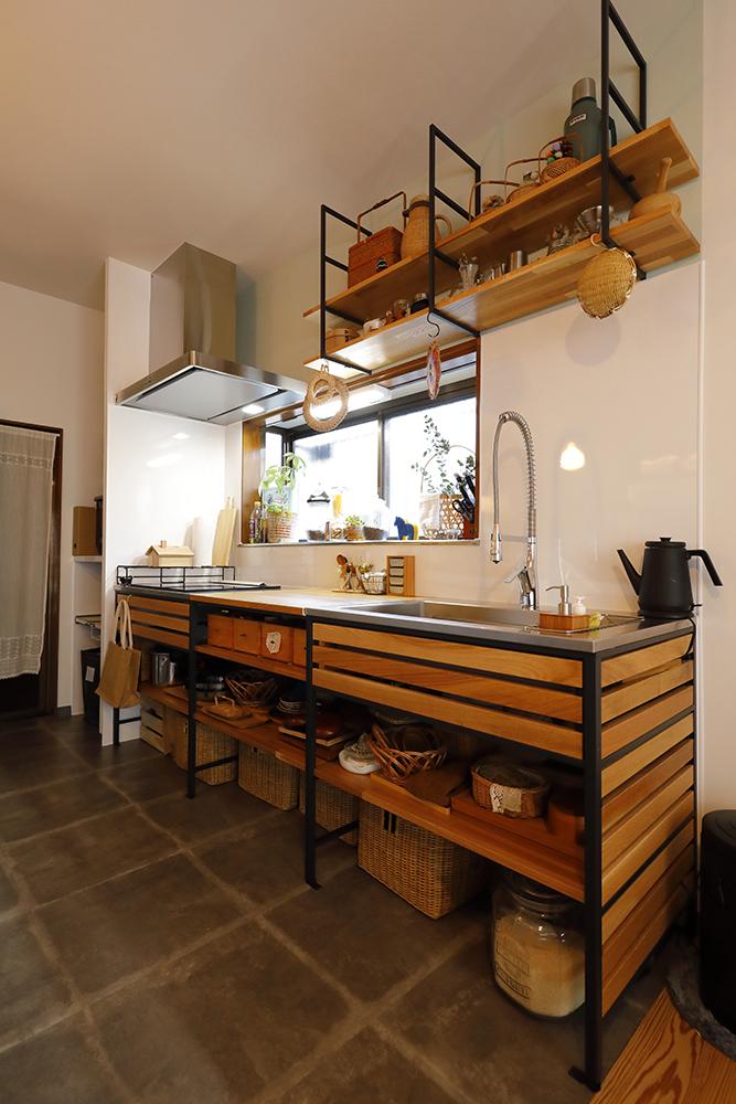 リフォーム後のキッチン<br /> WOODONE フレームキッチンをセレクトしました。<br /> コンロ奥にはパントリーを設け、生活感のある物は、ここに収納。